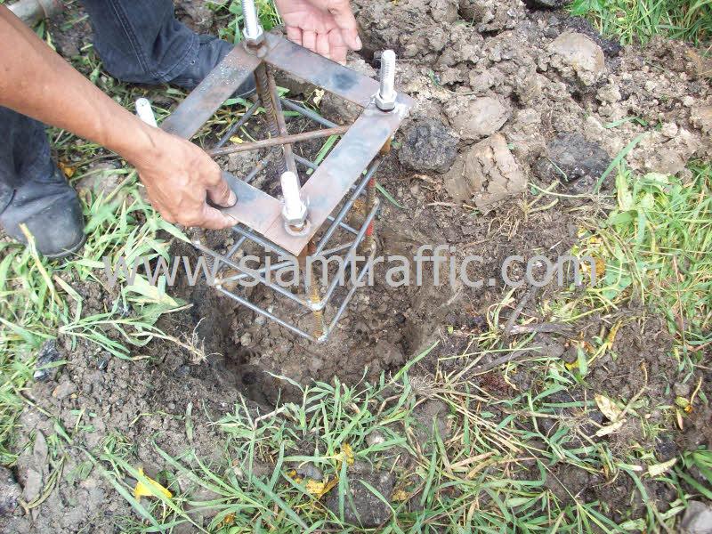 ตะกร้อเหล็กสำหรับฝังดินเพื่อยึดติดกับเสาชนิดหน้าแปลน
