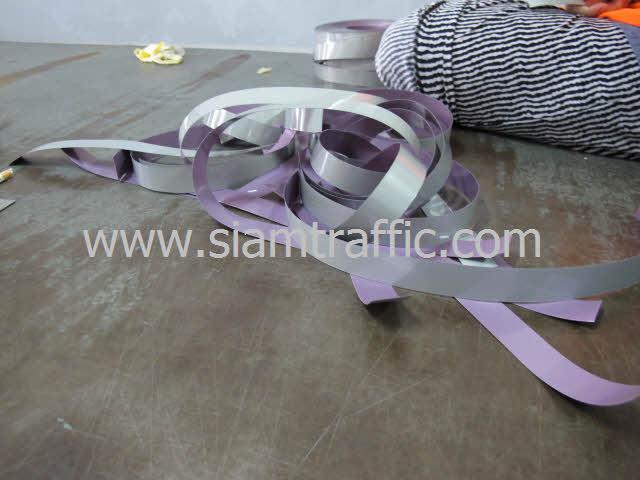 เทปสะท้อนแสง นำมาตัดเป็นเส้นๆ ให้พอดีกับเสื้อสะท้อนแสง