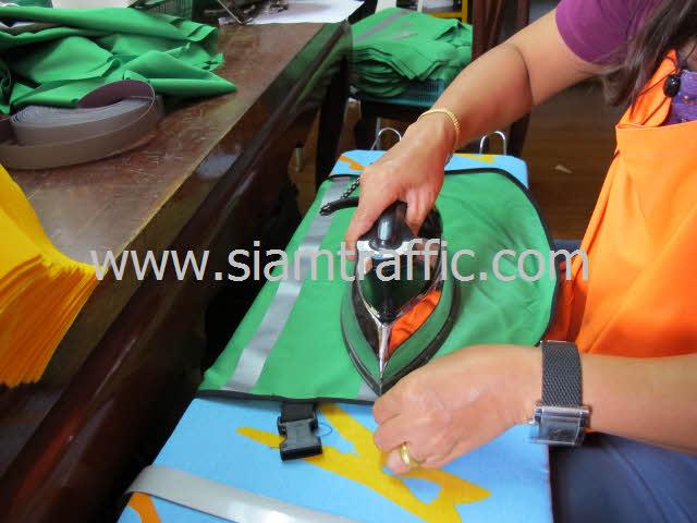 นำมารีดอีกครั้งก่อนพับเก็บบรรจุใส่ถุงพลาสติกใส เตรียมส่งมอบให้ลูกค้า