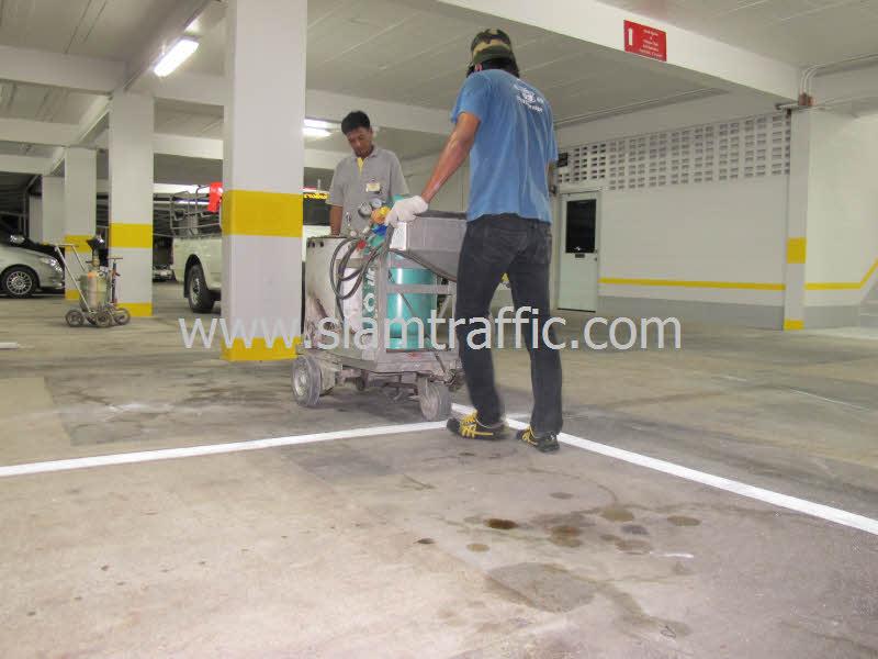 ตีเส้นช่องจอดรถโรงแรมดุสิตธานี