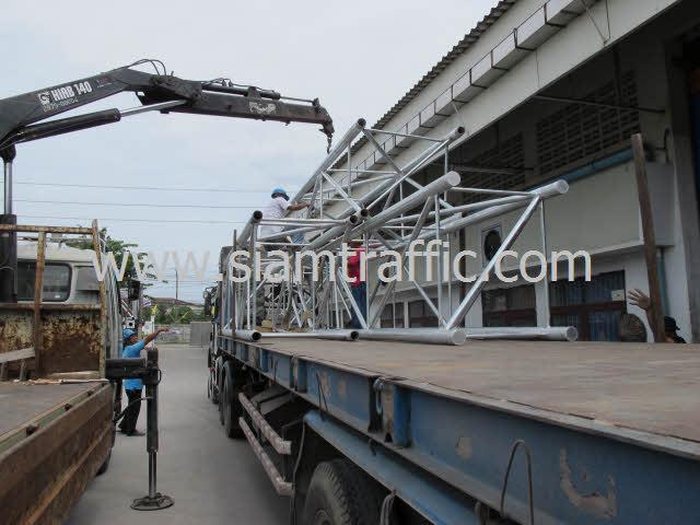 การนำโครงป้ายโอเวอร์เฮดส่วนที่เป็นโครงเหล็กสำหรับยึดติดเฟรมป้ายจราจรยาว 8 เมตรขึ้นรถเทรลเลอร์