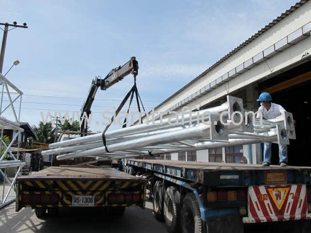 การนำป้ายโอเวอร์เฮดขึ้นรถ ซึ่งโครงเหล็กมีความยาวกว่า 8 เมตร