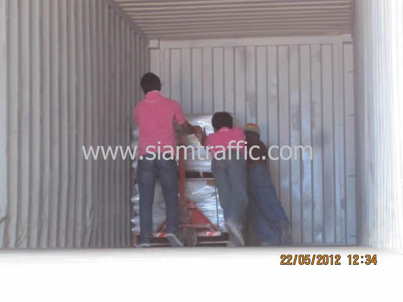 สีตีเส้นถนนขึ้นตู้คอนเทอนเนอร์ส่งออกไปประเทศซูดาน