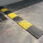 ยางชลอความเร็วสีเหลืองสลับสีดำที่ Int Intersect