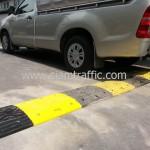 ยางชะลอความเร็วสีเหลืองสลับสีดำที่ Int Intersect ถนนพระราม 3