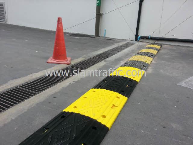 เนินยางสีเหลืองสลับสีดำที่ Int Intersect ถนนพระราม 3