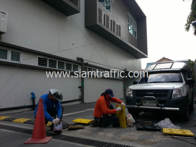 Rubber Speed Bumpสีเหลืองสลับสีดำที่ Int Intersect