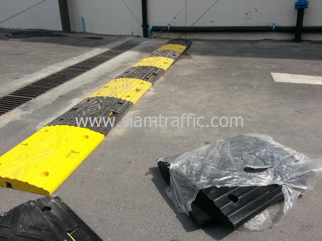 ยางชลอความเร็วรถสีเหลืองสลับสีดำที่ Int Intersect