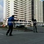 การดีดเชือกเพื่อทำแนวตีเส้นตีเส้นจราจรที่แฟลตทหาร ถนนเกียกกาย