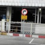 ป้ายจราจรระวังรถทางตรงติดตั้งที่บริษัท โตโยต้ามอเตอร์ ประเทศไทย จำกัด