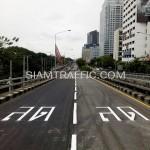 """ตีเส้นตัวอักษรคำว่า """"ลด"""" สะพานไทย-ญี่ปุ่น"""