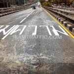 """ตีเส้นถนนตัวอักษรคำว่า """"ความ"""" สะพานไทย-ญี่ปุ่น"""