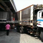 รถพ่วงบรรทุกแผ่นการ์ดเรลไปประเทศกัมพูชา