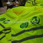 ชุดสีเขียวสะท้อนแสง สกรีนโลโก้ช่อง 3