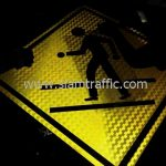 ป้ายจราจรเตือน ระวังคนข้ามถนน ส่งออกไปประเทศพม่า