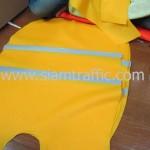 เสื้อสะท้อนแสงสีเหลืองที่รีดแถบสะท้อนแสงแล้ว