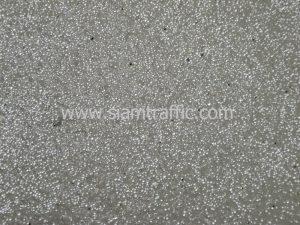 สีเทอร์โมพลาสติกสีขาวมีลูกแก้วสะท้อนแสงอยู่บนเส้นถนน จะสะท้อนแสงเมื่อไฟส่อง