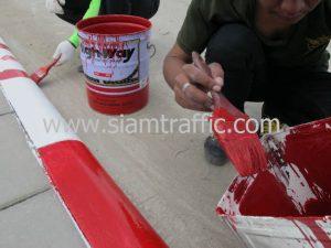 ทาสีขาวสลับสีแดงบนขอบทางด้วย Traffic Paint