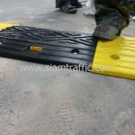 ยางคันชลอรถสีเหลืองสลับสีดำที่ Int Intersect