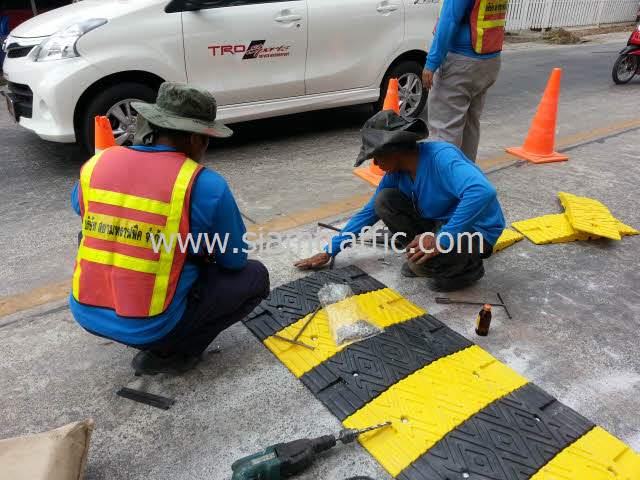 Installation of plastic speed bump at Chachoengsao