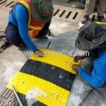 พลาสติกชะลอความเร็วสีดำสลับสีเหลืองติดตั้งบริเวณสถานีรถไฟจังหวัดฉะเชิงเทรา