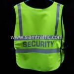 เสื้อกั๊กเซฟตี้ด้านหน้าคำว่าสหพัฒน์ รปภ ด้านหลังคำว่า SECURITY