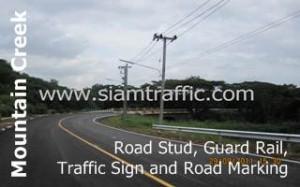 หมุดติดถนน ป้ายจราจร การ์ดเรล และตีเส้นถนนที่เมาน์เท่นครีก กอล์ฟ รีสอร์ท แอนด์ เรสซิเดนซ์