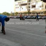 การดีดเชือกก่อนทำการตีเส้นตีเส้นจราจรที่แฟลตทหาร ถนนเกียกกาย