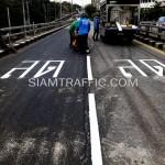 """ตีเส้นจราจรตัวอักษรคำว่า """"ลด"""" สะพานไทย-ญี่ปุ่น"""