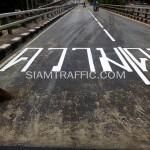 """ตีเส้นตัวอักษรคำว่า """"ความ"""" สะพานไทย-ญี่ปุ่น"""