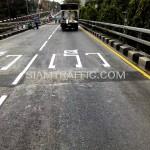 """ตีเส้นถนนตัวอักษรคำว่า """"เร็ว"""" สะพานไทย-ญี่ปุ่น"""