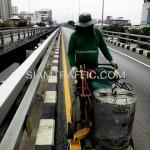 ตีเส้นถนนด้วยสีเทอร์โมพลาสติกสะพานไทย-ญี่ปุ่น