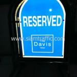 """แผงกั้นจราจรสแตนเลสพร้อมข้อความ """"RESERVED"""" โรงแรมเดอะ เดวิส แบงคอก"""