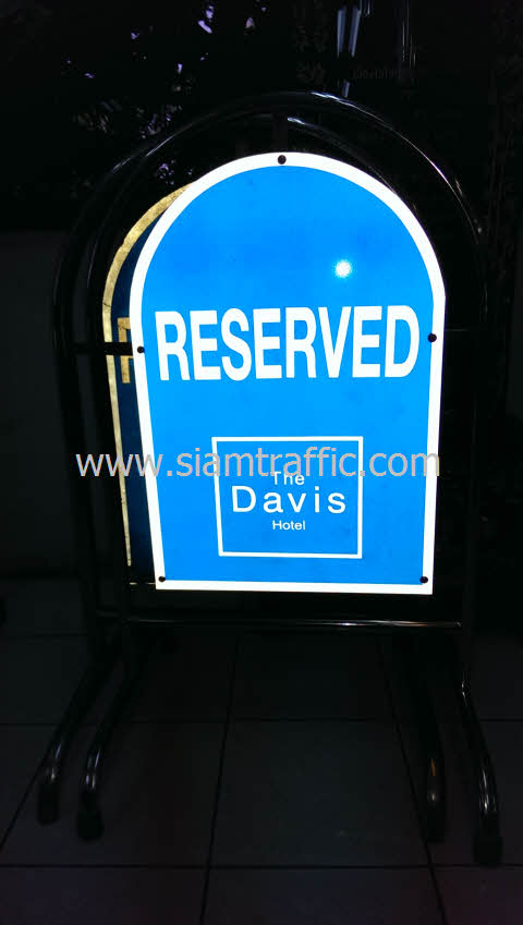 """แผงกั้นสแตนเลสพร้อมข้อความ """"RESERVED"""" โรงแรมเดอะ เดวิส แบงคอก"""