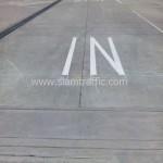 ตีเส้นอักษร IN ขนาดสูง 2.4 เมตร