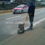 การกะเทาะสีเทอร์โมพลาสติกก่อนการตีเส้นถนน