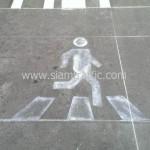 การทาสีถนนสัญลักษณ์คนข้ามถนน