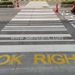 งานตีเส้นจราจรทางม้าลายแบบบาร์โค้ด และทาสีถนนเป็นข้อความ แกรนด์ พระราม 9