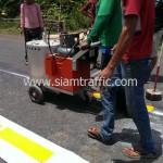 ตีเส้นถนนด้วยสีเทอร์โมพลาสติกสีเหลือง ประเทศกัมพูชา