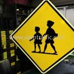 ป้ายเตือนเด็กข้ามถนน มาตรฐานตามแบบประเทศกัมพูชา