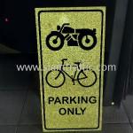 ป้ายที่จอดรถมอเตอร์ไซต์ และจักรยานเท่านั้น ร้านทเวนตี้ทูโอทรี