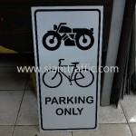 สัญลักษณ์ที่จอดรถจักรยานยนต์ และจักรยาน ร้านทเวนตี้ทูโอทรี