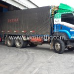 รถบรรทุกพ่วงขึ้นสินค้าไปยังประเทศกัมพูชา