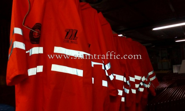 เสื้อกันฝนสะท้อนแสงสกรีนข้อความ THE MALL และ สภ. เมืองนครราชสีมา
