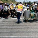 การสาธิตวิธีการตีเส้นจราจรด้วยสีเทอร์โมพลาสติก ที่กอกะเร็ก กม.154 กับ กม.159 ประเทศพม่า လက်တွေ့အရောင် thermoplastic နဲ့လမ်းမျဥ်းဆွဲပြခြင်း ကော့ကရိက် 154 KM နဲ့ 159 KM မြန်မာနိုင်ငံ