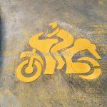 ตีเส้นสัญลักษณ์รูปรถจักรยานยนต์ ที่บริษัท กรุงเทพประกันภัย จำกัด