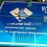 ป้ายบอกทาง HELLFIRE PASS INTERPRETIVE CENTRE OFFICE OF AUSTRALAIN WAR GRAVES