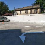 ตีเส้นจราจรช่องจอดรถยนต์ และสัญลักษณ์ลูกศร ที่อาคารสุรินทร์ (Surin building) เขตคลองสาน