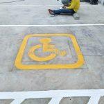 ตีเส้นช่องจอดรถสำหรับคนพิการ ที่อาคารสุรินทร์ (Surin building) เขตคลองสาน