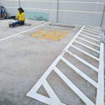 ตีเส้นจราจรช่องจอดรถสำหรับคนพิการ ที่อาคารสุรินทร์ (Surin building) เขตคลองสาน